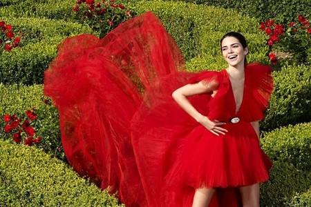 Kendall Jenner nos hace suspirar con su vestidazo rojo en la primera foto de la campaña de Giambattista Valli x H&M