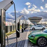 """Porsche ahora competirá contra el Tesla Model 3 y BMW i4: prepara un nuevo sedán eléctrico """"barato"""", según rumores"""