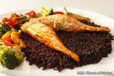 Salmón sobre arroz venere con verduras y aceite de argán. Receta