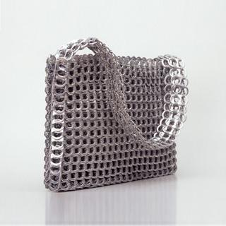 Bolso fabricado con chapas de latas de refresco