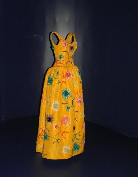 museo balenciaga amarillo