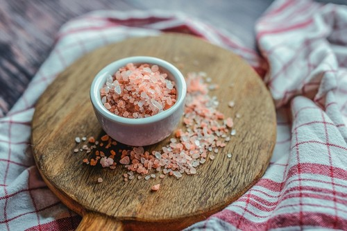 Sal rosa del Himalaya: propiedades y beneficios (aunque no es milagrosa) y su uso en la cocina