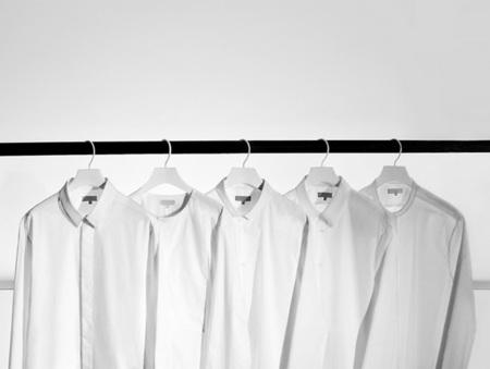 COS lanza una edición limitada de su camisa blanca con motivo de su quinto aniversario