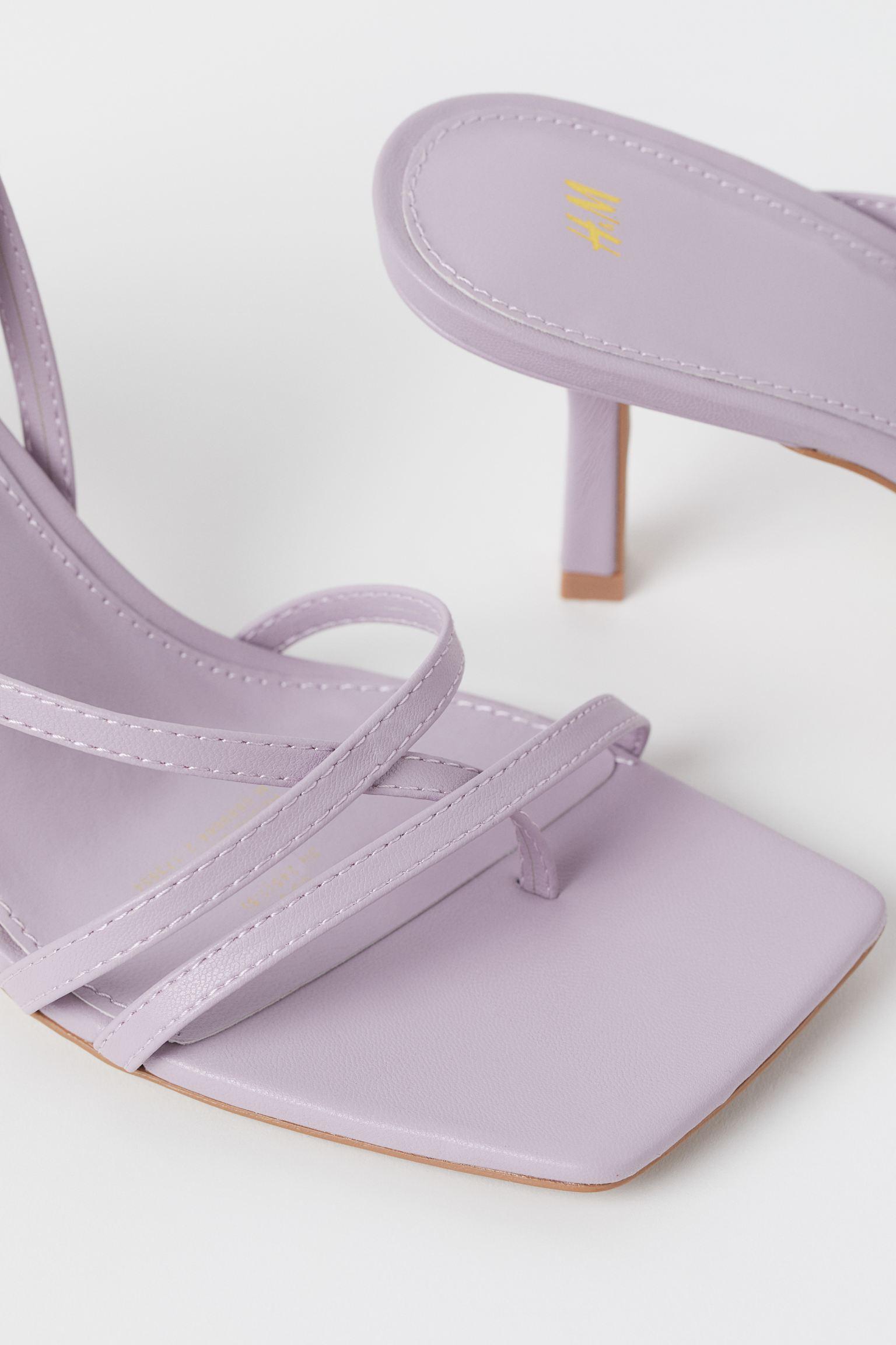 Sandalias lila de tacón con tiras cruzadas