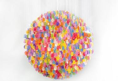 Una lámpara de diseño hecha con ositos de goma