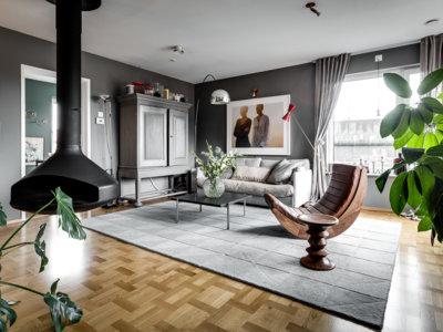 ¿Te gusta el gris? Te encantará entonces este ático de Estocolmo lleno de luz y de diseño