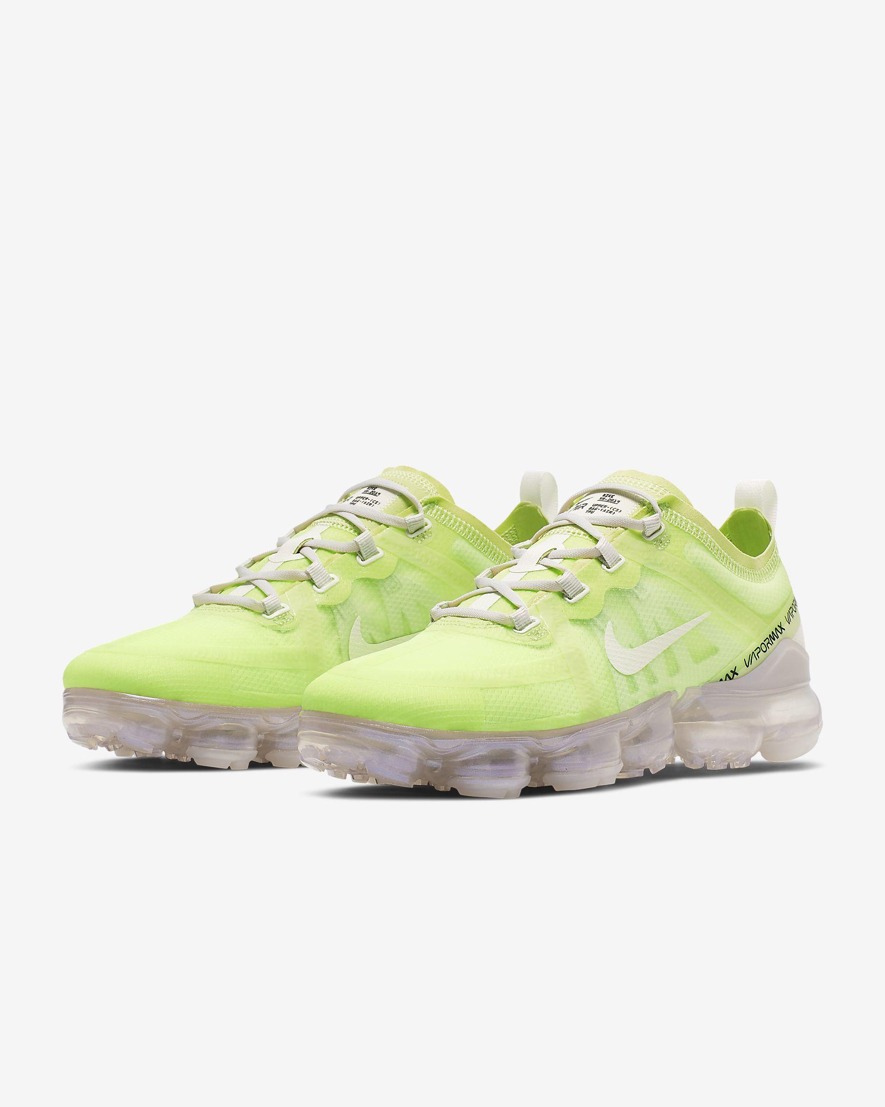 Las zapatillas Nike Air VaporMax SE envuelven el pie en un material elástico de tejido Woven que proporciona estructura y sujeción en cada pisada.