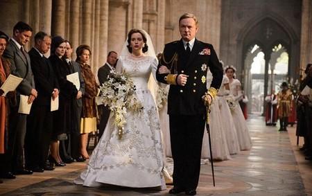 Si crees que tu vestido de novia fue caro, espera a oír lo que costó crear la réplica del de Isabel II para la serie The Crown