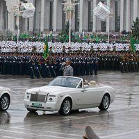 El presidente de Turkmenistán ordena perseguir a las mujeres conductoras, 'culpables' de todos los accidentes
