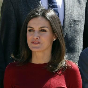 De rojo y en versión culotte, la Reina Letizia repite look con estos pantalones tan divinos de Hugo Boss