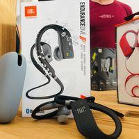 Escuchar música mientras nadas: estos auriculares sumergibles son la gran novedad de JBL para este verano