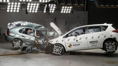 Toyota Corolla 1998 vs Corolla 2015 ¿Quién crees que gane esta prueba de impacto?