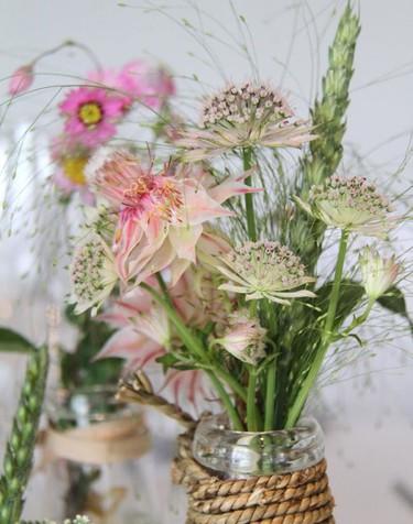 Pon flores a tu verano, cuatro ideas de cómo hacer hermosos ramos campestres