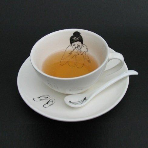 Resultado de imagen para chica tomando en taza