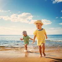 11 cosas que los niños suelen hacer en la playa con las que tenemos que tener precaución