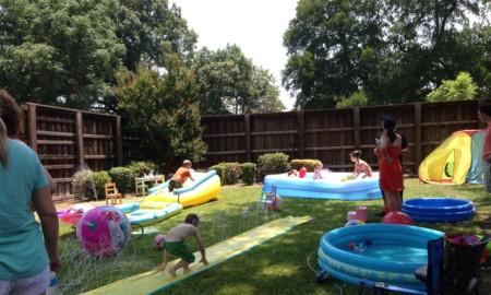 ¿Tienes jardín pero no tienes piscina? Construye un parque acuático para los peques