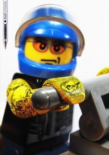 Muñecos de LEGO tatuados con Pilot, los Ángeles del Infierno amarillos