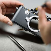 Así es una cámara DSLR por dentro: obturador, pentaprisma de espejos y una compleja composición para procesar la luz