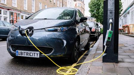 Valencia ya está instalando puntos de recarga para coches eléctricos en sus farolas