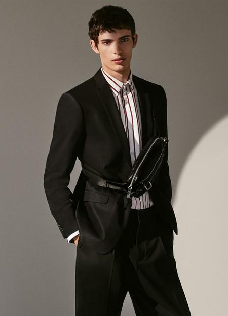 Zara combina la calle con la elegancia sumando bolsas cruzadas a looks de alto impacto
