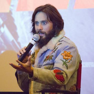 Jared Leto y su chaqueta en denim conforman un look perfecto que puedes conseguir en Zara