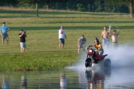 """La última """"idea tonta"""" de Travis Pastrana: cruzar un lago a toda velocidad con un triciclo de dos tiempos"""