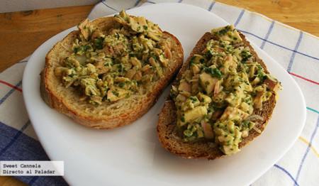 Sándwich de atún con salsa de perejil y alcaparras. Receta