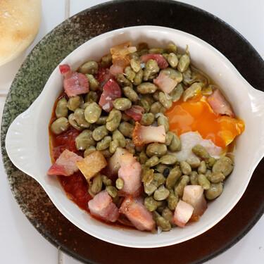Habitas baby con torreznos mini, huevo y tomate, un plato único para una cena sin complicaciones