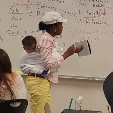 Una profesora portea al bebé de una alumna, pero además da a sus estudiantes una valiosa lección de vida
