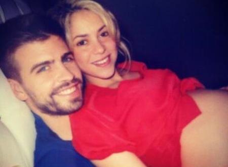 Shakira y Piqué presumiendo de barriga en Twitter