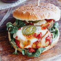 Hamburguesa vegetariana de berenjena con mozzarella, tarta salada de tocino y más en Directo Paladar México