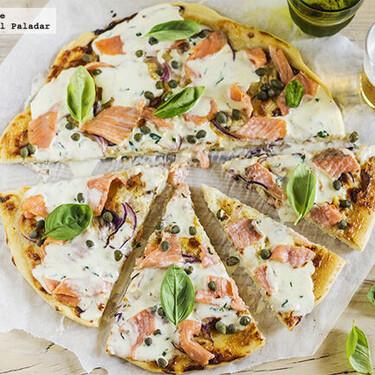 Receta de pizza de salmón ahumado, alcaparras y mascarpone, para salir de los sabores de siempre