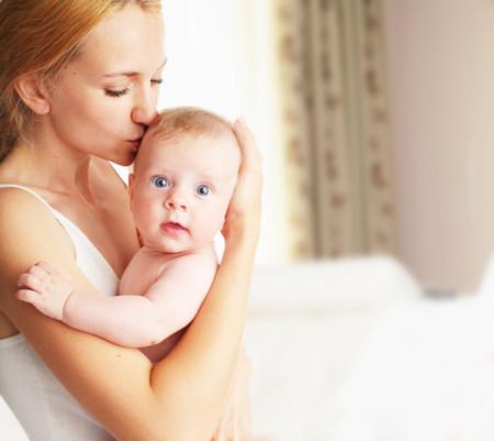 Tomar a tu bebé en brazos es más bueno para él de lo que imaginas y la ciencia lo confirma