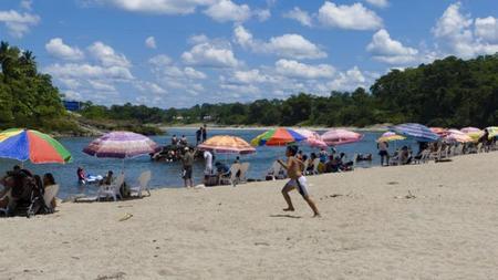 Una playa en el Amazonas. Puerto Misahuallí, Ecuador