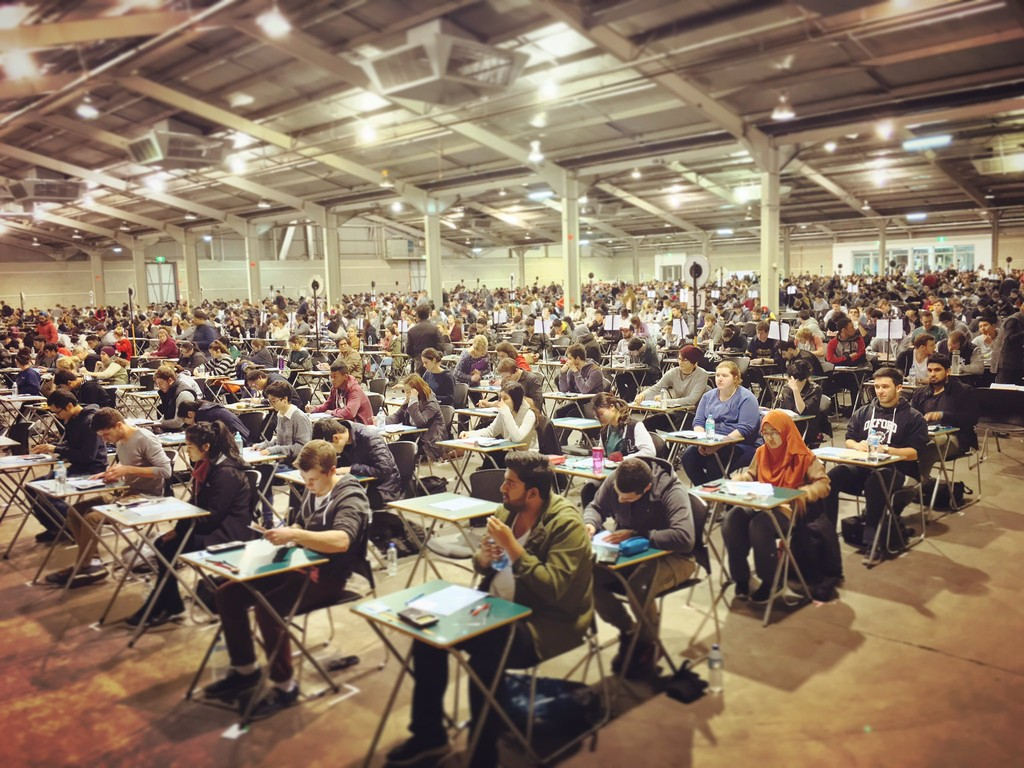 Tu móvil contra un reglamento pre-franquista: así es la batalla de las universidades contra las chuletas tecnológicas