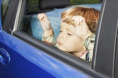 Llega el calor: atención a los niños encerrados en los coches