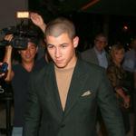 Nick Jonas parece que vuelve de la mili en el estreno de 'Scream Queens'