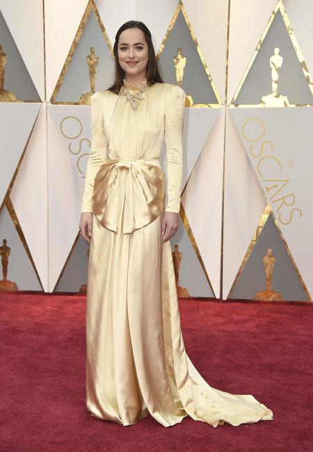 Oscars 2017: Dakota Johnson se echa años encima y decepciona en la alfombra roja