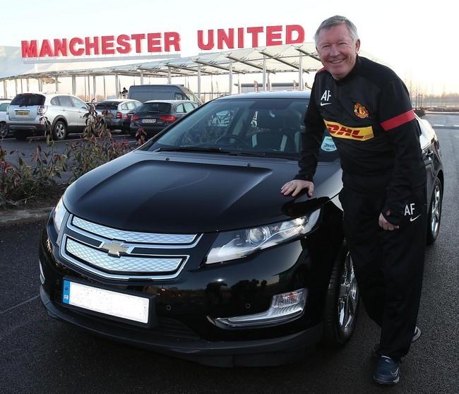Alex Ferguson recogiendo su Chevrolet Volt