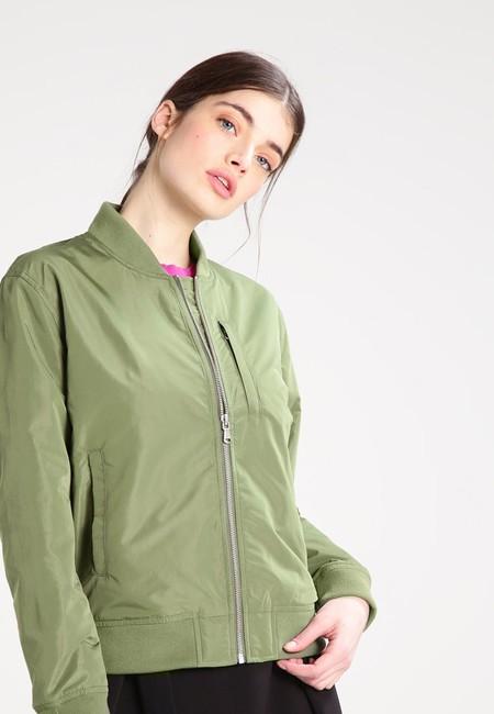Tras un 60% de descuento podemos hacernos con esta chaqueta tipo bomber de Levi's por 39,95 euros en Zalando