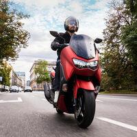 La Yamaha NMAX renueva su look para seguir siendo el popular scooter sin carnet, con los mismos 12 CV