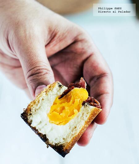 Huevos con salami en cazuelita de pan. Receta fácil para el desayuno
