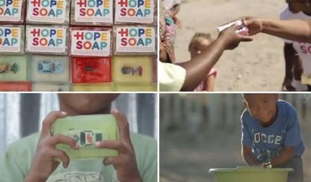 Jabones con juguetes dentro para fomentar la higiene y la limpieza en África