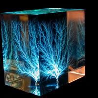 Contempla hipnotizado cómo la electricidad quema bellos patrones de madera
