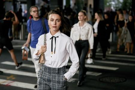 Cinco estilos de blusas para ir a la oficina y sacar partido a las faldas y pantalones más sencillos