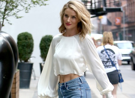 Rosie Huntington-Whiteley, la it girl capaz de convertir unos jeans y croptop en algo sofisticado