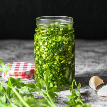 Cómo hacer salsa de ajo perejil: la mejor manera de conservarla y en qué recetas utilizarla