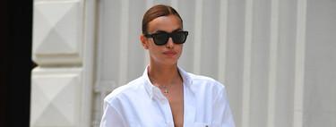 Irina Shayk nos recuerda que la camisa blanca y las sandalias estilo Birkenstock son la salvación del verano