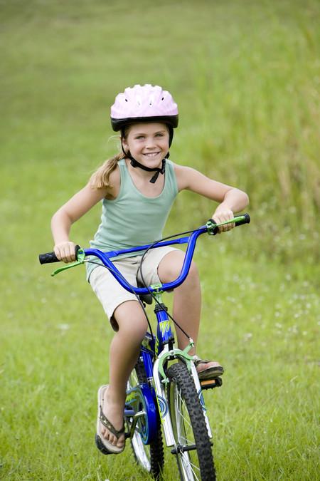 niña-montando-en-bici-en-chanclas