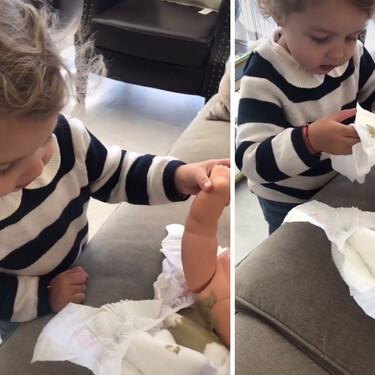 """La divertida y tierna reacción de una pequeña al ver que su """"bebé"""" se había hecho caca en el pañal"""